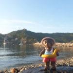 Petit Ours Brun a mis sa bouée et son chapeau, il est prêt à sauter dans l'eau !